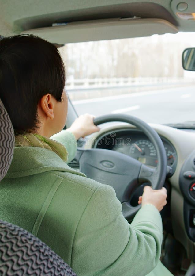 La donna sta conducendo un'automobile fotografia stock