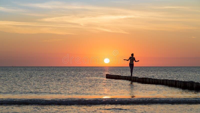 La donna sta equilibrando su un inguine fotografie stock libere da diritti
