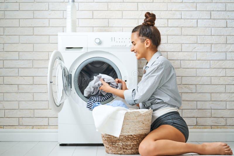 La donna sta facendo la lavanderia fotografia stock