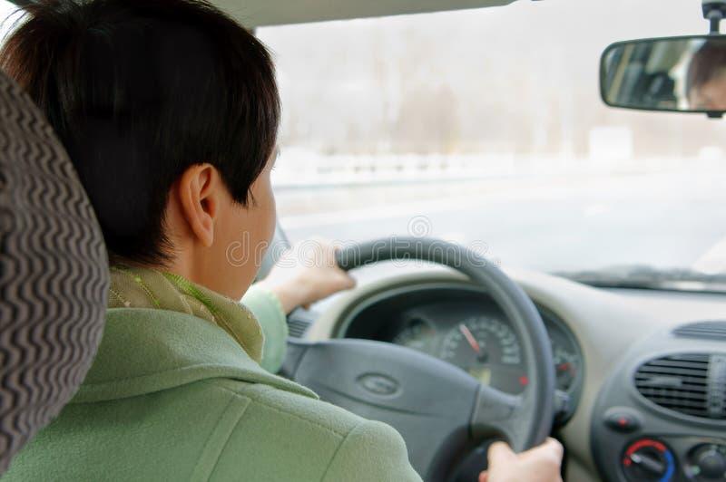 La donna sta guidando sulla strada principale immagini stock