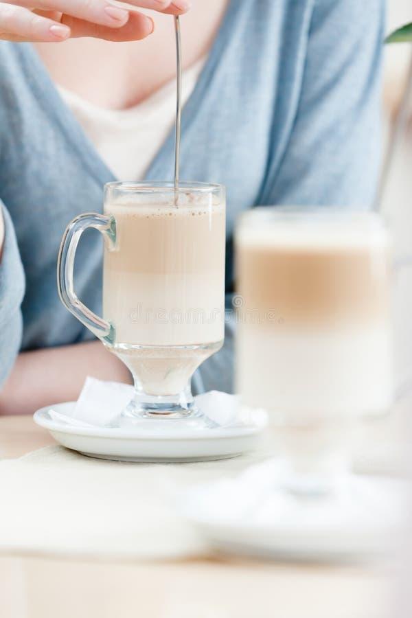 La donna sta mescolando il cocktail del latte immagini stock libere da diritti