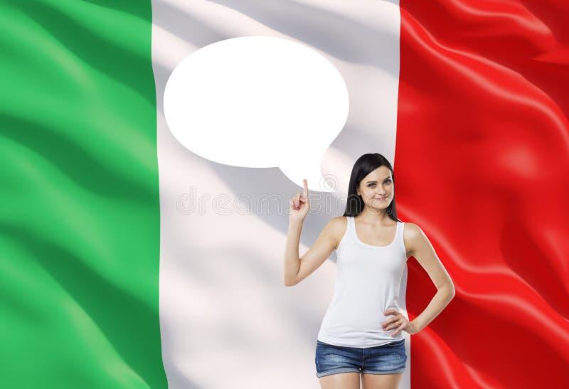 La donna sta precisando la bolla vuota di pensiero Bandiera italiana come fondo fotografie stock