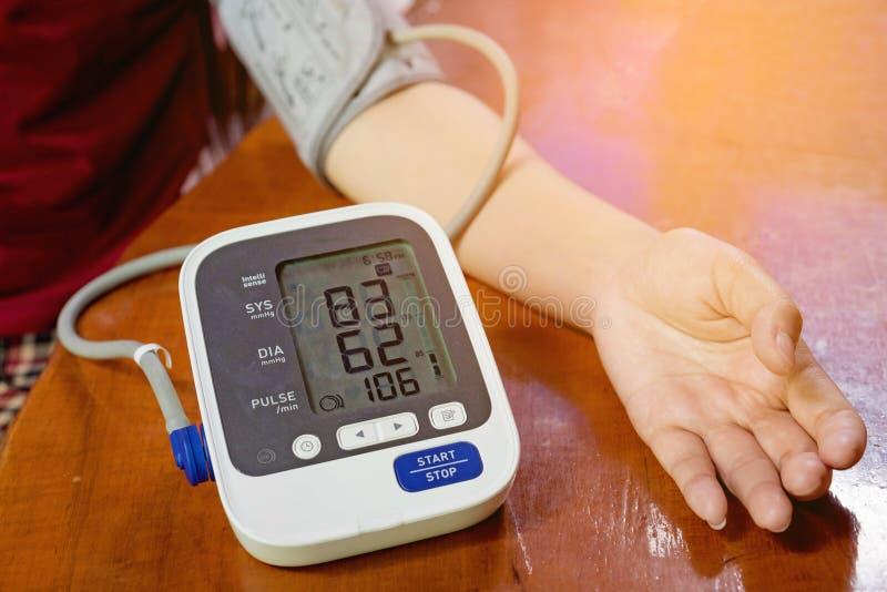 La donna sta prendendo la cura per pressione sanguigna di salute fotografia stock