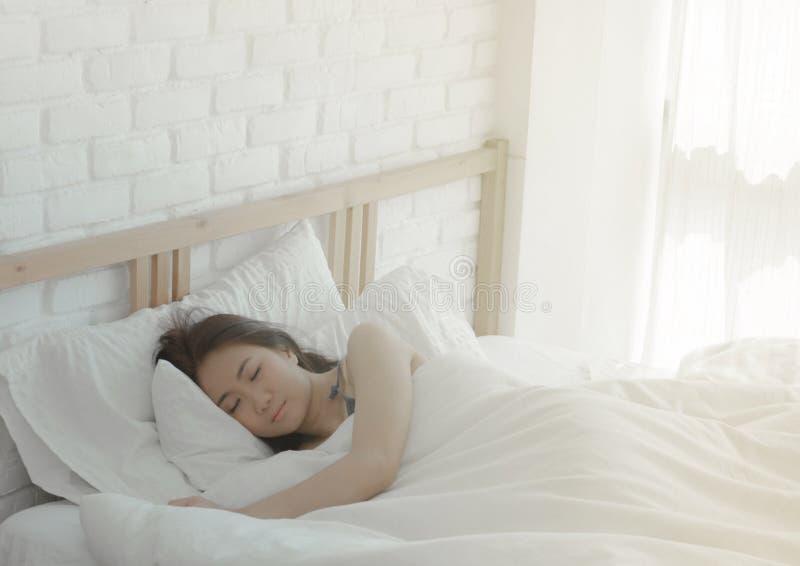 La donna sta riposando alla notte immagine stock