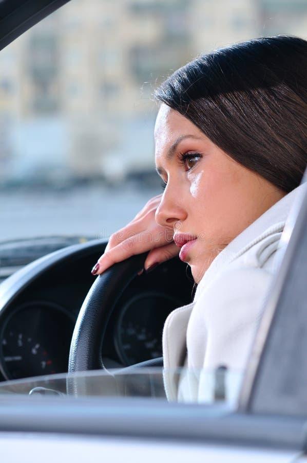 La donna sta riposando in un'automobile fotografia stock libera da diritti