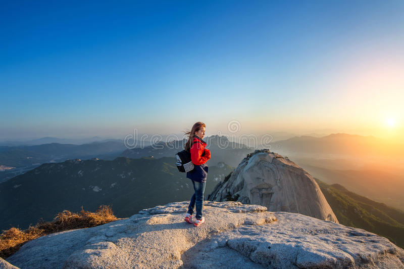 La donna sta sul picco della pietra nel parco nazionale di Bukhansan fotografia stock