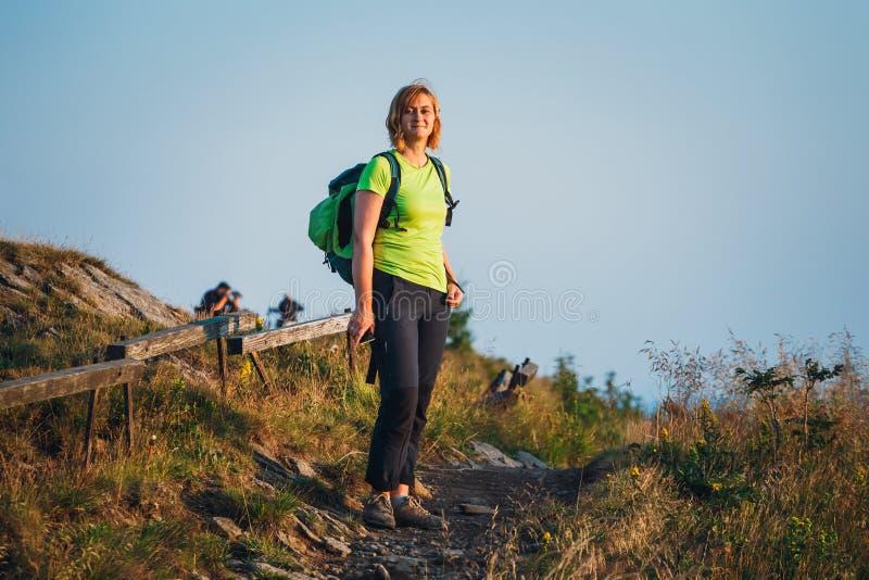 La donna sta sulla cima fotografia stock libera da diritti