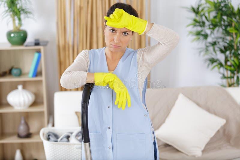 La donna stanca deve pulire più fotografia stock