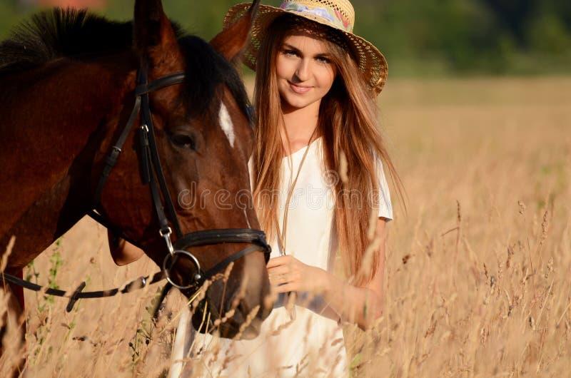 La donna su un cavallo nel campo fotografia stock