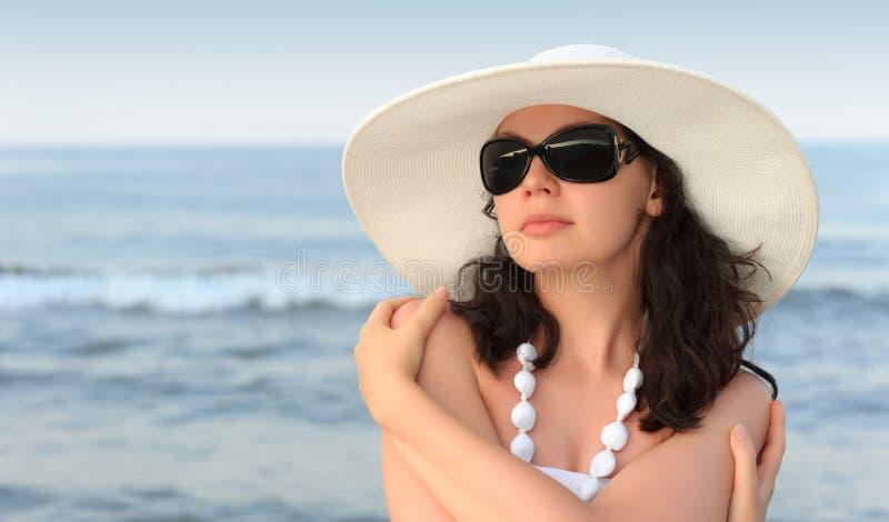 La donna sul litorale fotografie stock