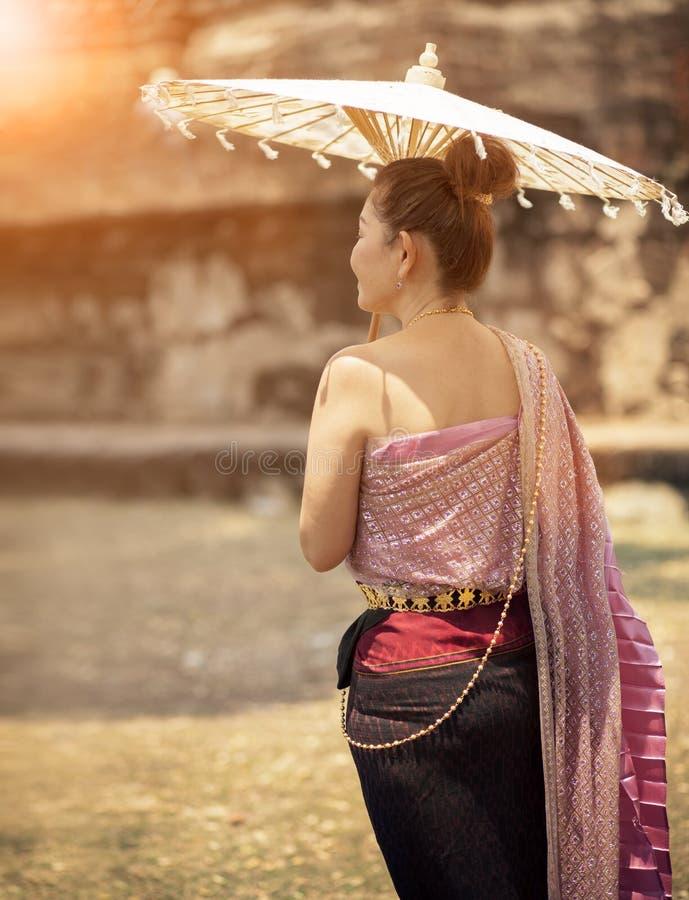 La donna tailandese che indossa la vecchia tradizione copre lo stile con umbre di bambù fotografie stock libere da diritti