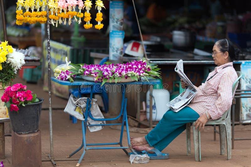 La donna tailandese fiorisce il venditore immagini stock