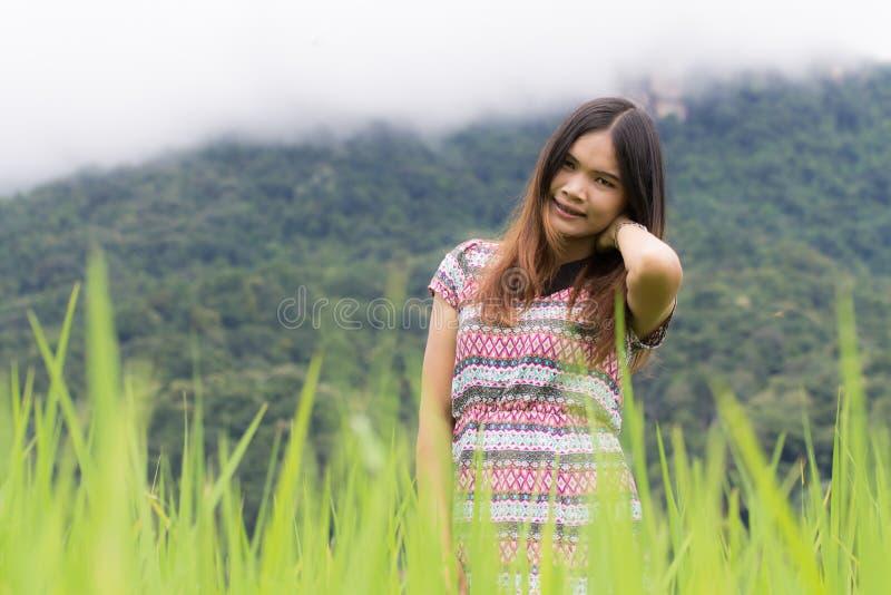 La donna tailandese gode di nel inthanon di Doi del campo, Maeglangluang fotografia stock libera da diritti