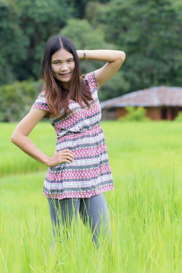 La donna tailandese gode di nel inthanon di Doi del campo, Maeglangluang Karen fotografie stock libere da diritti