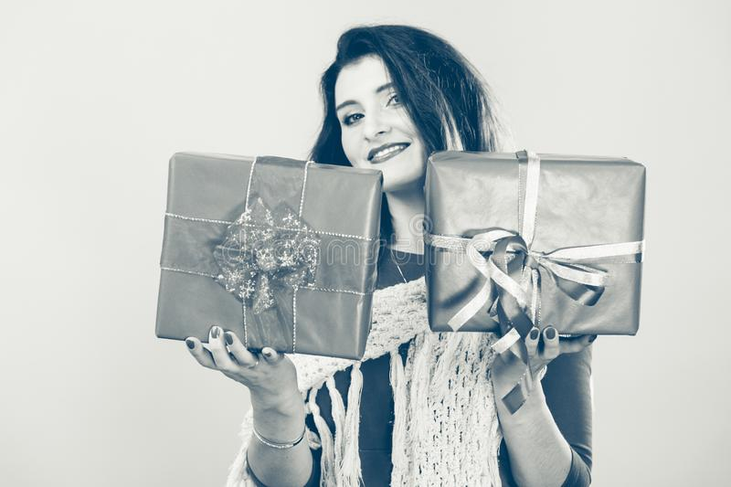 La donna tiene i contenitori di regalo rossi di natale immagine stock libera da diritti