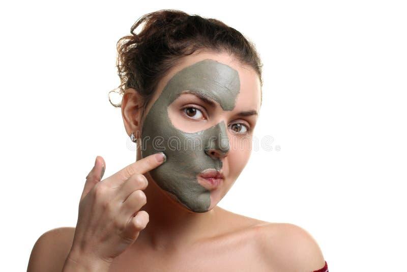 la donna tratta sulla maschera di protezione immagini stock