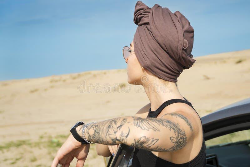 La donna in turbante esamina la distanza fotografia stock libera da diritti