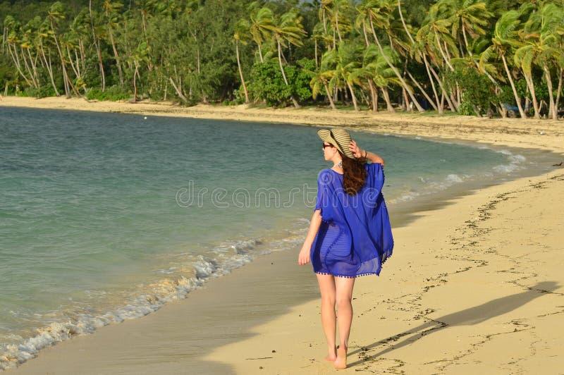 La donna turistica cammina lungo una spiaggia tropicale in Figi fotografie stock