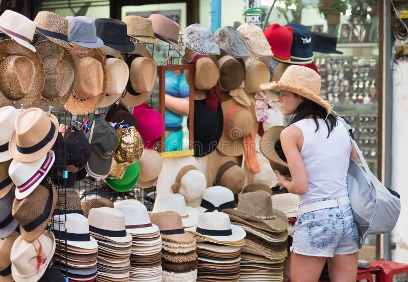La donna turistica compra il cappello, Bangkok immagine stock