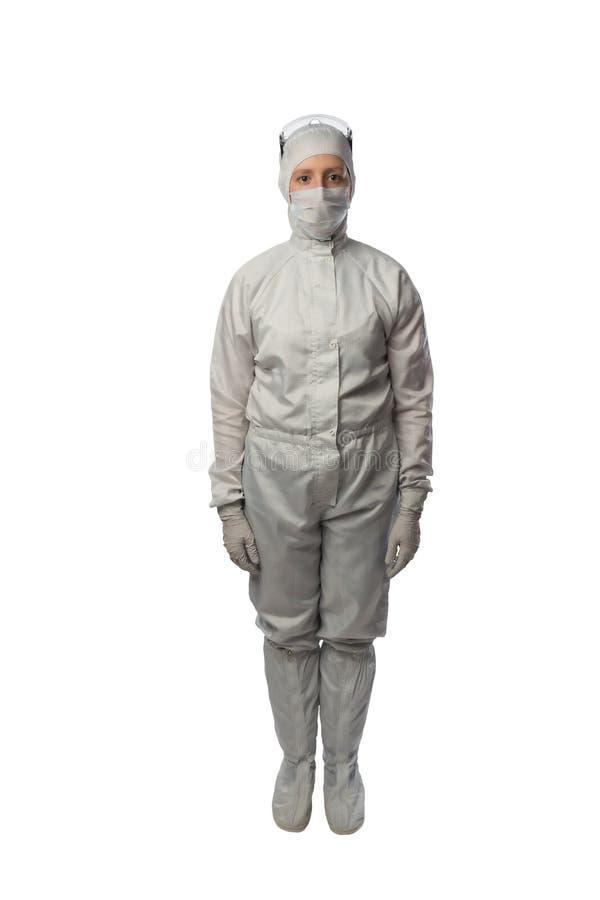 La donna in un vestito protettivo sta esattamente su un fondo bianco immagini stock