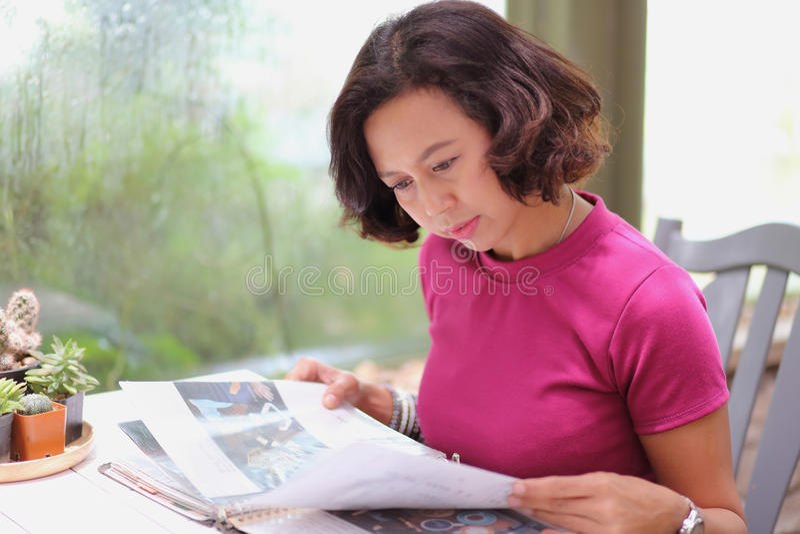 La donna vede il menu degli alimenti in ristorante fotografia stock libera da diritti