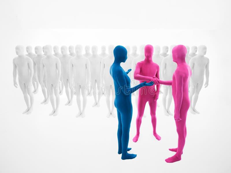 La donna vestita in vestito blu persuade due uomini vestiti nel rosa fotografia stock libera da diritti