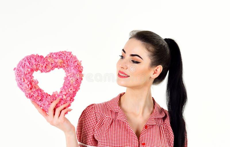 La donna in vestito alla moda tiene il simbolo di amore e sorride fotografie stock libere da diritti