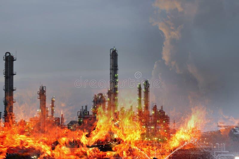 La doppia esposizione di fuoco e della pianta di raffineria, la crisi di concetto un grande fuoco della raffineria di petrolio ed fotografie stock
