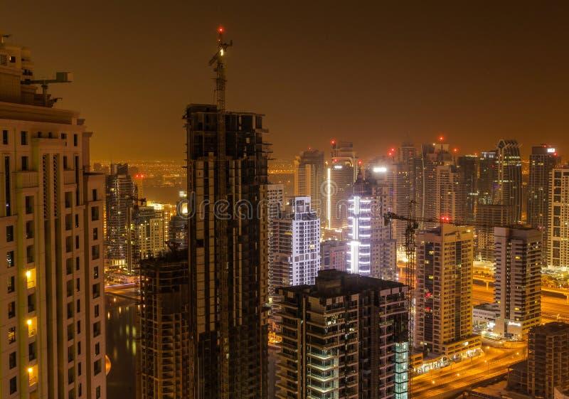 La Doubai entro la notte fotografie stock libere da diritti