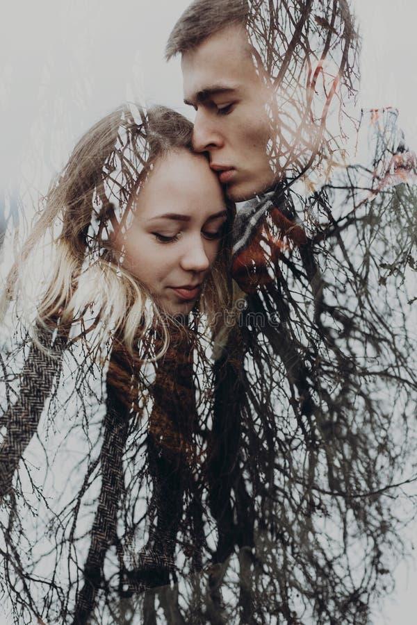 La double exposition avec des branches de couples et d'arbre en automne se garent Se photo libre de droits