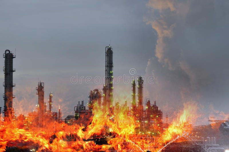 La double exposition du feu et de l'usine de raffinerie, la crise de concept un grand feu de raffinerie de pétrole et l'urgence m photos stock