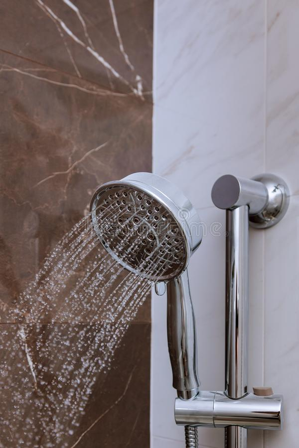 La douche fraîche avec de l'eau laisse tomber l'éclaboussement Arrosez le fonctionnement du pommeau de douche et du robinet dans  images libres de droits