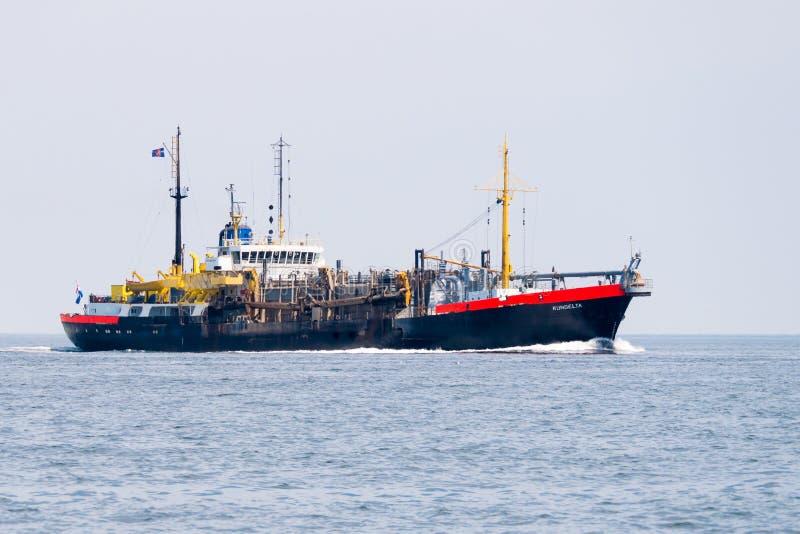 La draga de la tolva de la succión que se arrastra envía la descarga en Mar del Norte cerca imagen de archivo