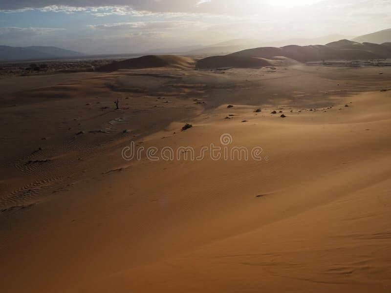 La duna de arena y la cacerola rojas oxidadas naturales hermosas de la sal del desierto extenso ajardinan con la luz del sol fuer foto de archivo libre de regalías