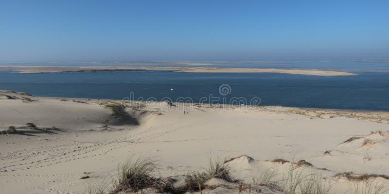 La Dune du Pyla Bordered dalla foresta da tre lati e dall'oceano d'altro canto la grande duna di Pilat è il più alta duna di sa fotografia stock libera da diritti