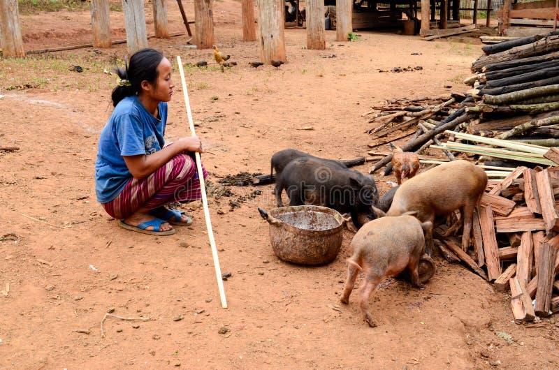La durée de la villageoise de Karen dans le village de pauvreté. images stock