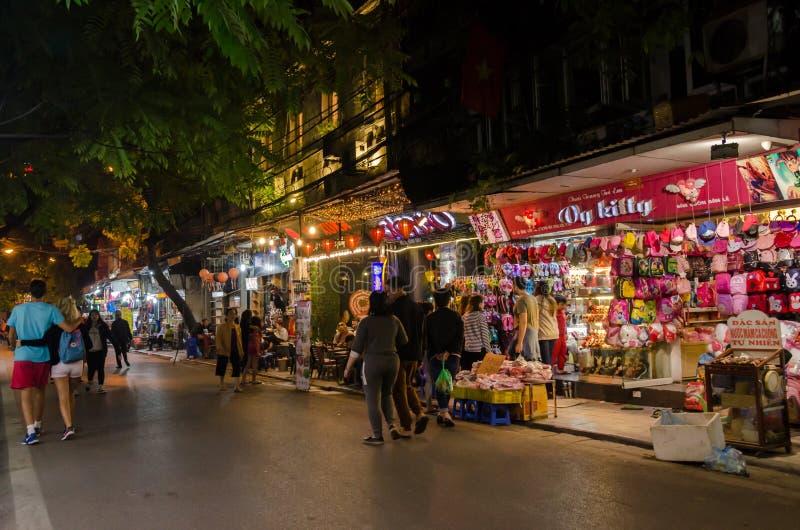 La durata di notte della vista della via nel vecchio quarto di Hanoi, la gente può l'esplorazione veduta e comperare intorno fotografie stock