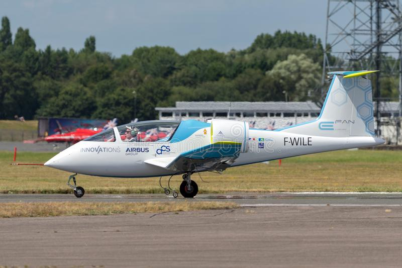 La E-fan de Airbus es un avión eléctrico del prototipo que es convertido por el grupo de Airbus imágenes de archivo libres de regalías