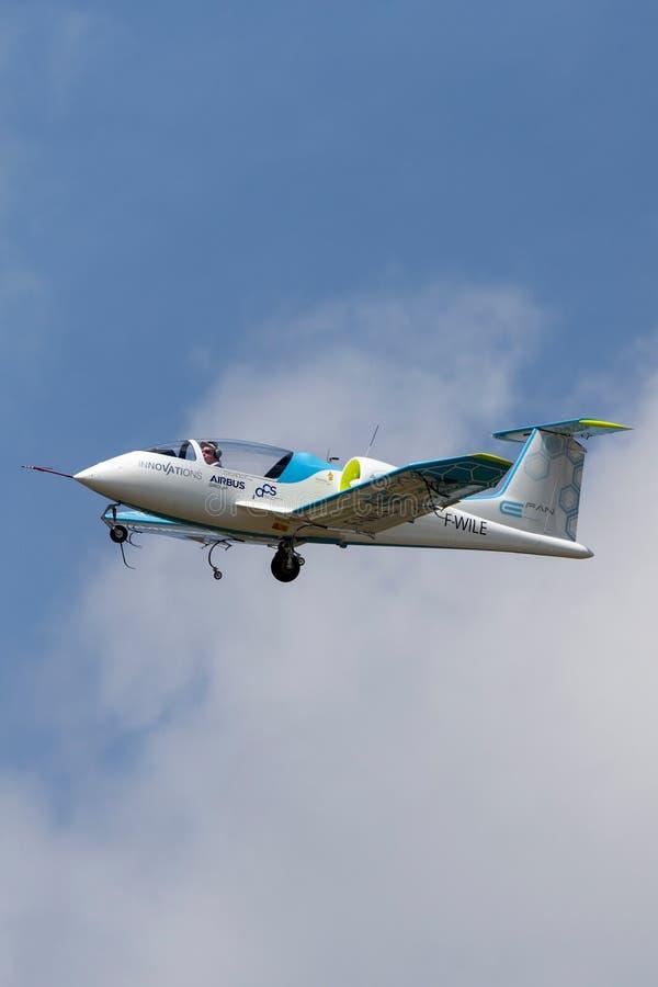 La E-fan de Airbus es un avión eléctrico del prototipo que es convertido por el grupo de Airbus imagenes de archivo