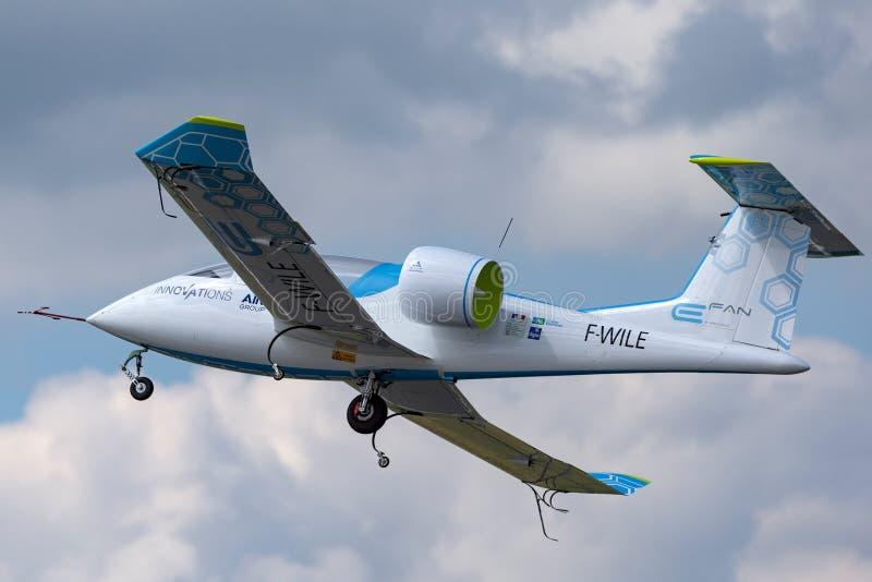 La E-fan de Airbus es un avión eléctrico del prototipo que es convertido por el grupo de Airbus foto de archivo