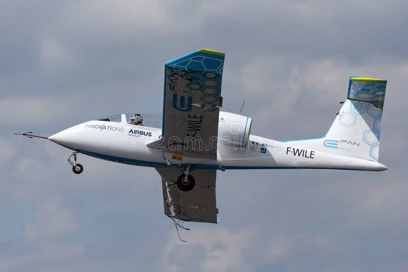 La E-fan de Airbus es un avión eléctrico del prototipo que es convertido por el grupo de Airbus fotos de archivo libres de regalías