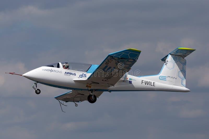 La E-fan de Airbus es un avión eléctrico del prototipo que es convertido por el grupo de Airbus fotos de archivo