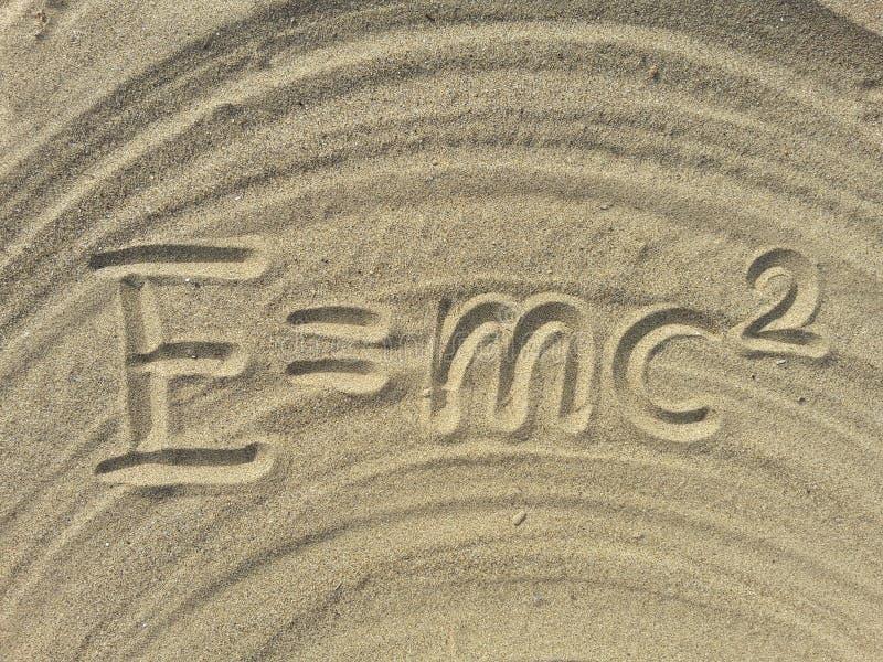 La E mc2 scrive sulla sabbia fotografie stock