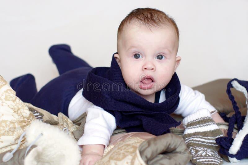 La edad del bebé de 4 meses va a caminar imagenes de archivo