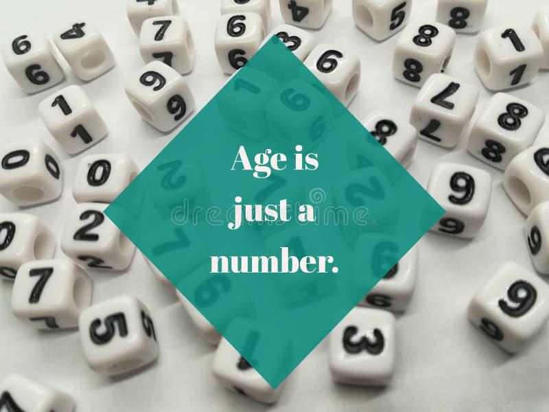 La edad es apenas una cita inspirada del número imagenes de archivo