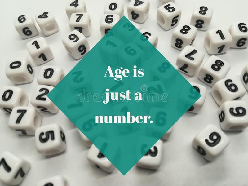 La edad es apenas una cita inspirada del número imagen de archivo