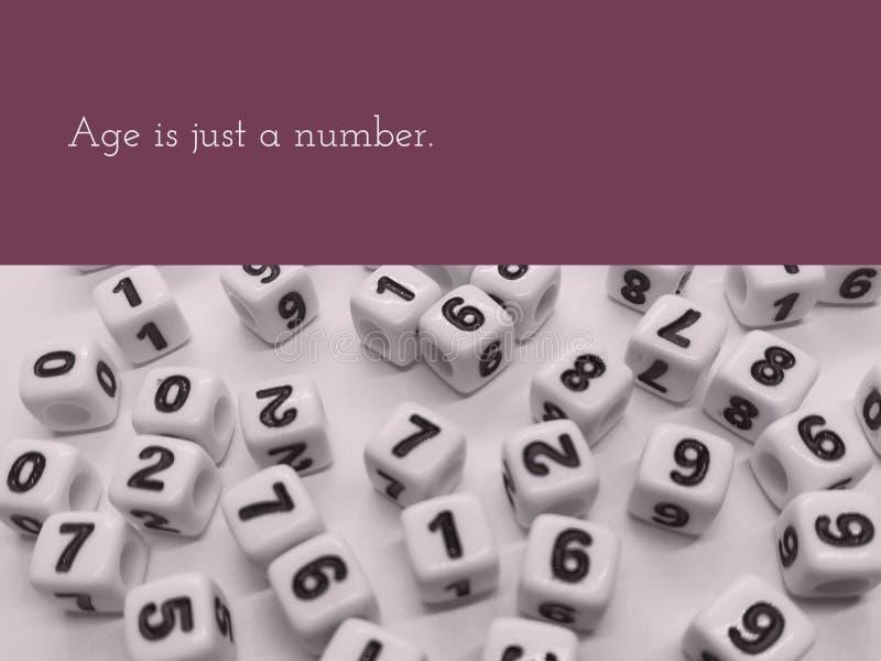 La edad es apenas una cita inspirada del número imagen de archivo libre de regalías