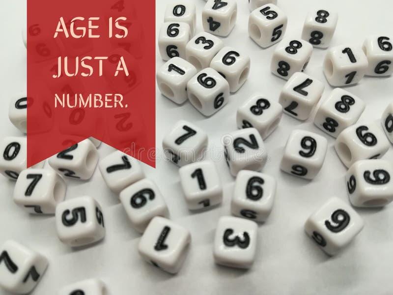 La edad es apenas una cita inspirada del número fotos de archivo