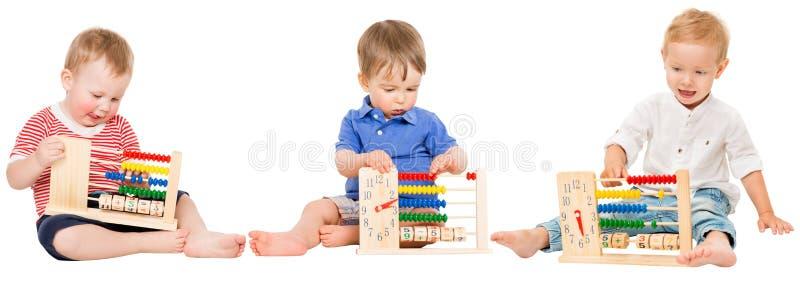 La educación del bebé, niños que juegan el ábaco, embroma el aprendizaje de matemáticas fotos de archivo