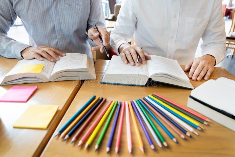La educaci?n y el concepto de la escuela, campus de los estudiantes ayuda a la lectura del amigo de la instituci?n las clases par fotos de archivo